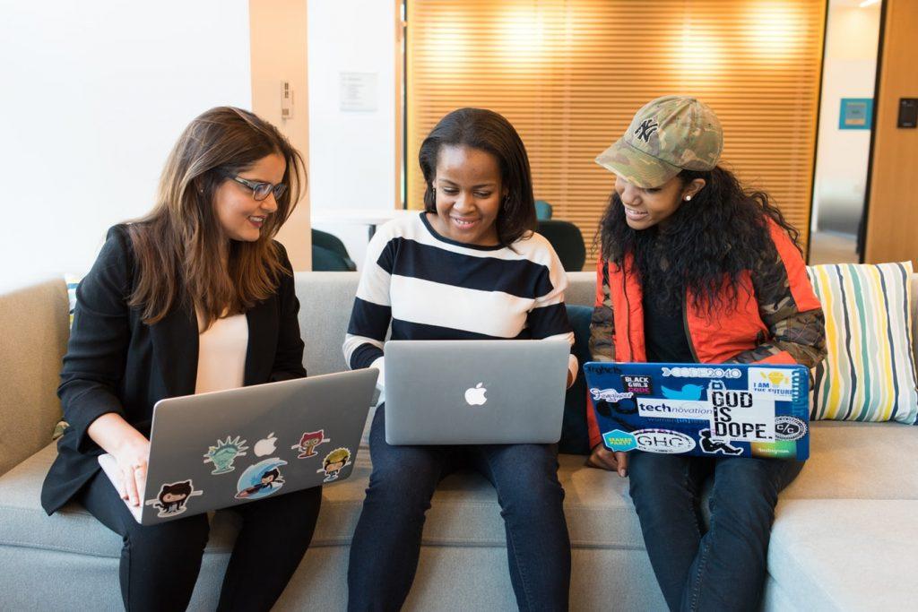 collaboratrices qui regardent des ordinateurs
