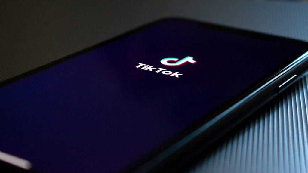 Téléphone avec écran allumé sur l'application Tik Tok